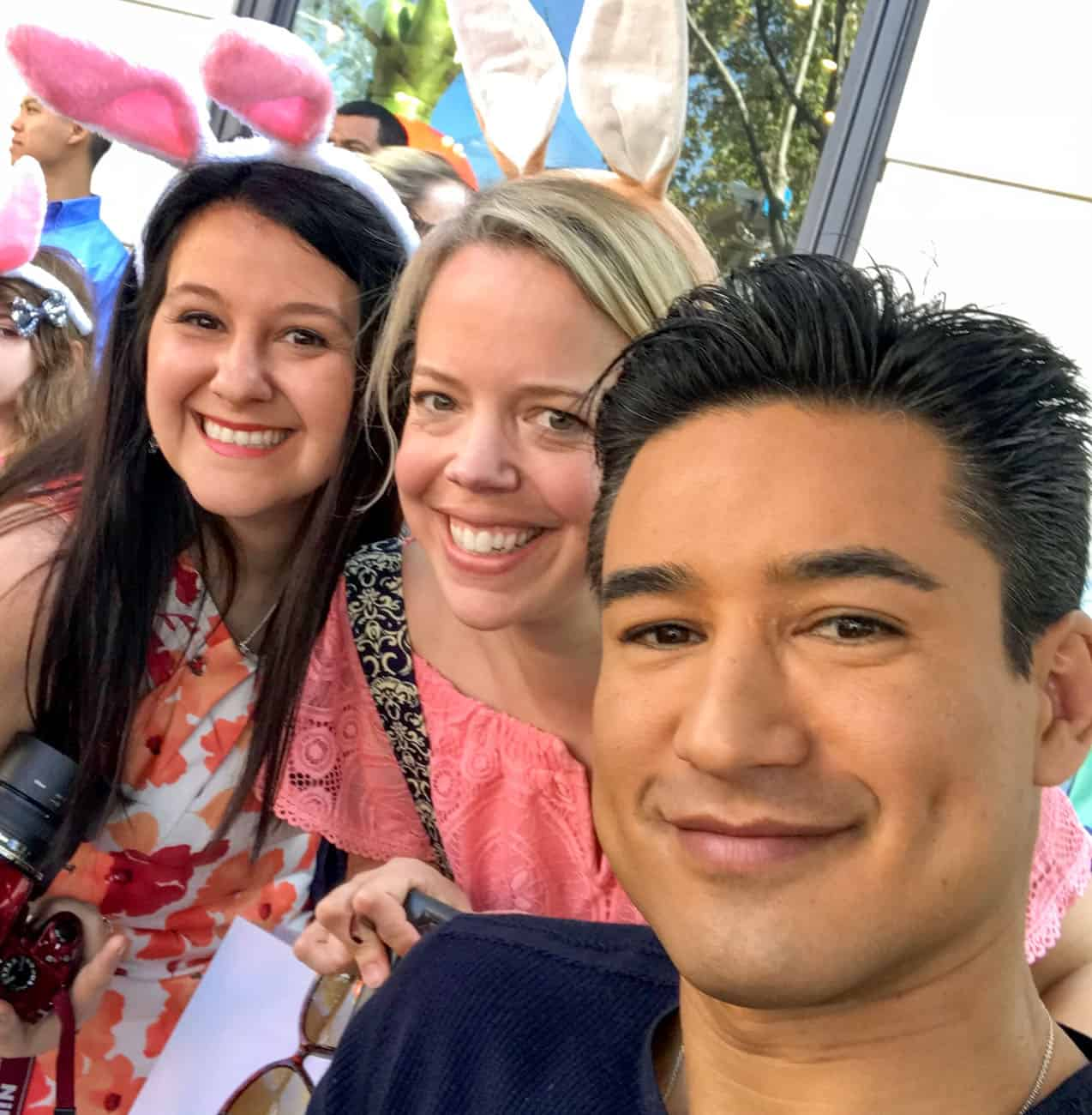 Mario Lopez with mom bloggers at Peter Rabbit premiere