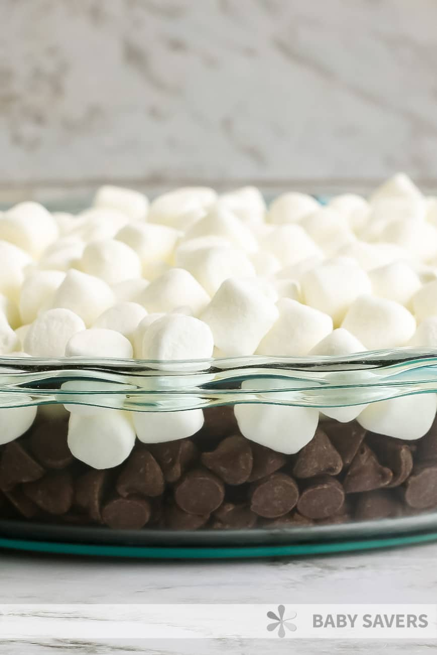 Layers of milk chocolate and marshmallows in a clear dish